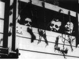 … à travers la fenêtre d'un wagon au moment de leur déportation...